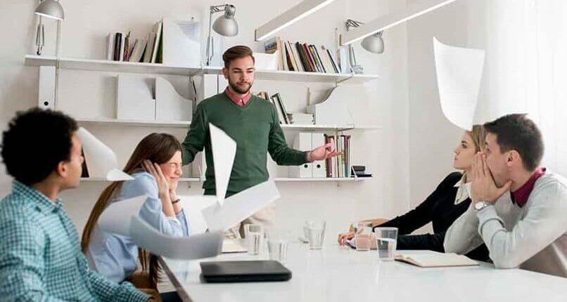 7 أخطاء عليك تجنبها عند التواصل مع زملائك ومديرك في العمل